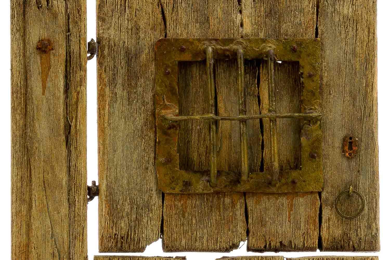 Puerta de madera con postigo navarrete pervalle creativos for Puertas originales madera