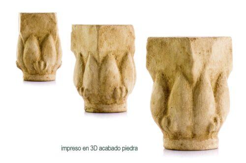 """Esta es la parte superior o capitel de una columna. Toma la forma de una flor de loto cerrada. El loto era una de las dos plantas simbólicas del antiguo Egipto. El otro era el papiro, y muchos capiteles de columna también estaban tallados en forma de plantas de papiro. Los excavadores encontraron el capitel de la columna en el recinto de un templo construido por el faraón, Merenptah, que sucedió a Ramsés II (""""El Grande""""). Memephis, cerca del moderno Cairo en el norte de Egipto, fue la primera capital de Egipto y un lugar importante para que los reyes construyeran templos. Los constructores del templo reutilizaron parte de un templo mucho más antiguo construido en la 5ª dinastía, más de mil años antes. Este capitel de la columna ya era un artefacto antiguo cuando se incorporó al nuevo templo."""